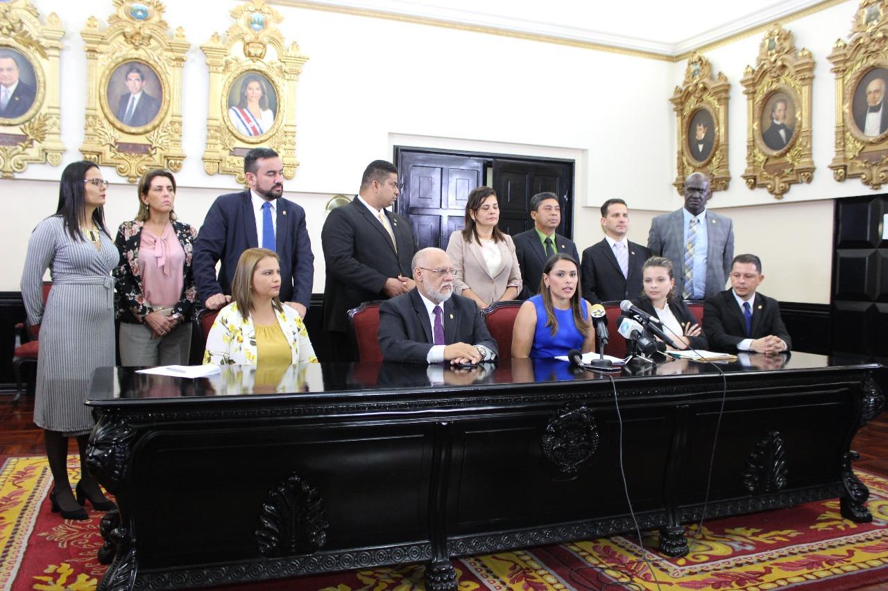 Los 14 diputados de Restauración dieron su apoyo a la iniciativa