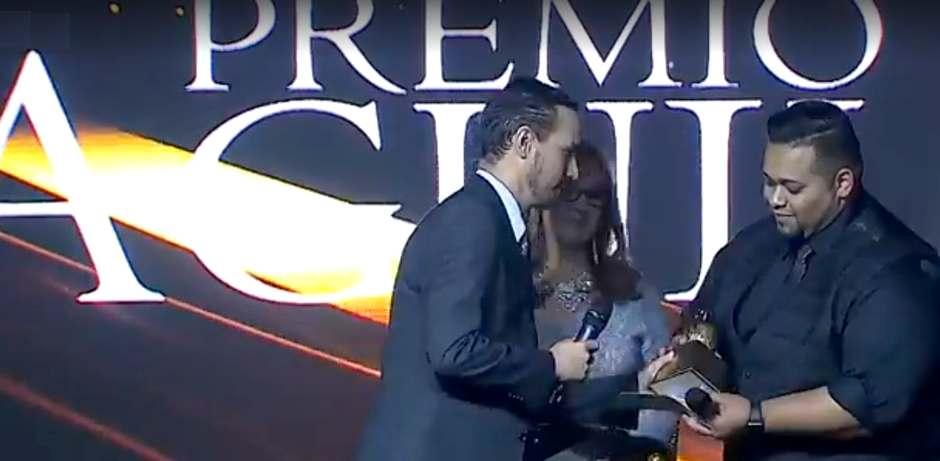 Javier Bolaños recoge la estatua del Premio Águila para PD en Expolit
