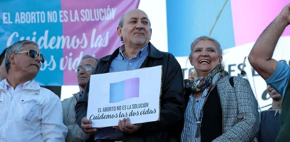 Hugo Márquez, en el centro, durante una marcha por las dos vidas en Neuquén / facebook