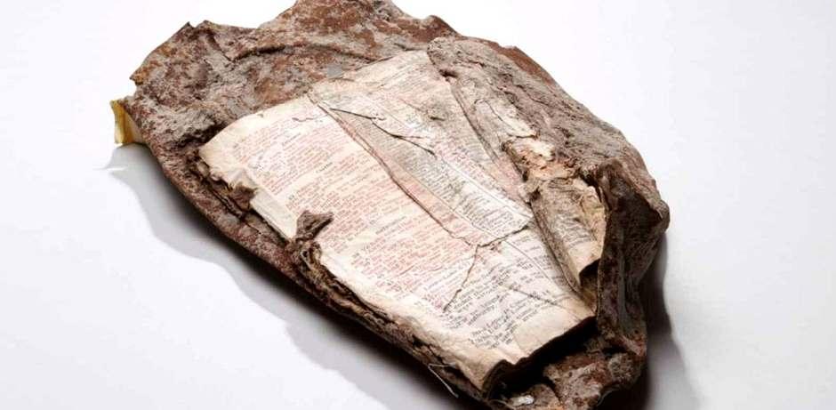 La Biblia fundida a los restos del 11S / Matt Flynn - Museo Conmemorativo Nacional del 11S,Biblia 11S, Torres Gemelas Biblia