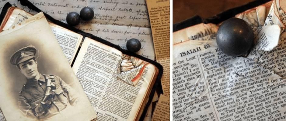 Una foto de George Vinall junto a su carta, las balas que le dispararon y la Biblia / Bible Society,George Vinall, bala biblia