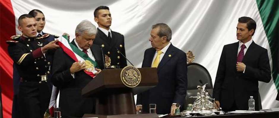 López Obrador recibe la banda presidencial ante el presidente saliente, Enrique Peña Nieto / EFE