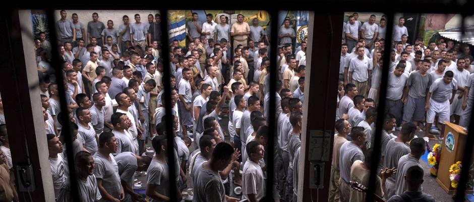 Pandilleros oran durante un culto en la cárcel de Gotera. FOTO I VIDEO: Víctor Peña/ El Faro,cárcel Gotera, Evangelio cárcel