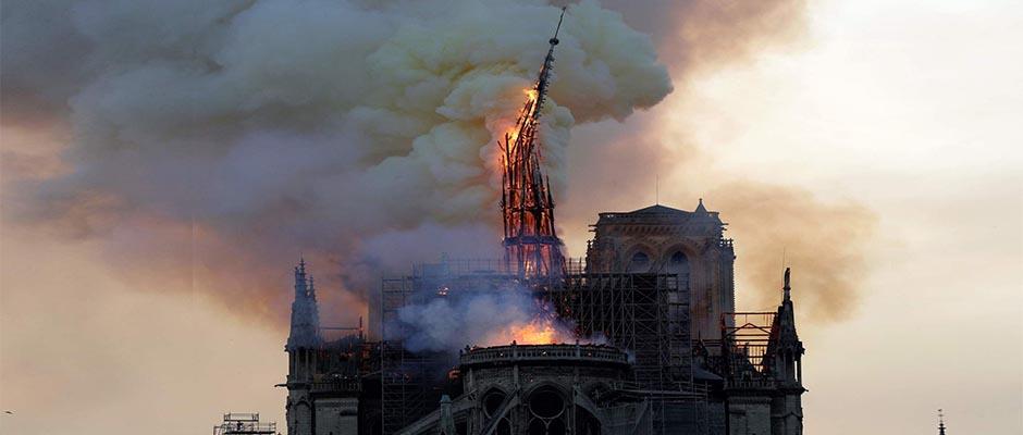 Notre Dame es consumida por las llamas,