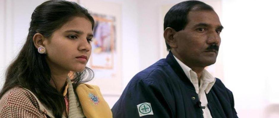 Una de las hijas de Asia Bibi junto a su padre.,