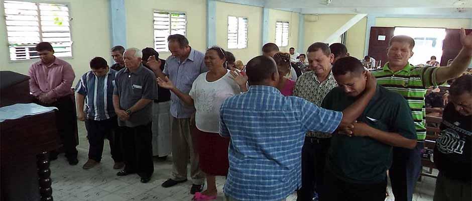 El pastor Osmel Pozo ministrando en su congregación / Facebook Osmel Pozo,