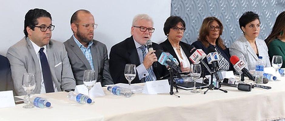 José Antonio Flaquer López (centro), presidente de Acción Cristiana, lee el documento en nombre de las organizaciones,Evangélicos dominicanos