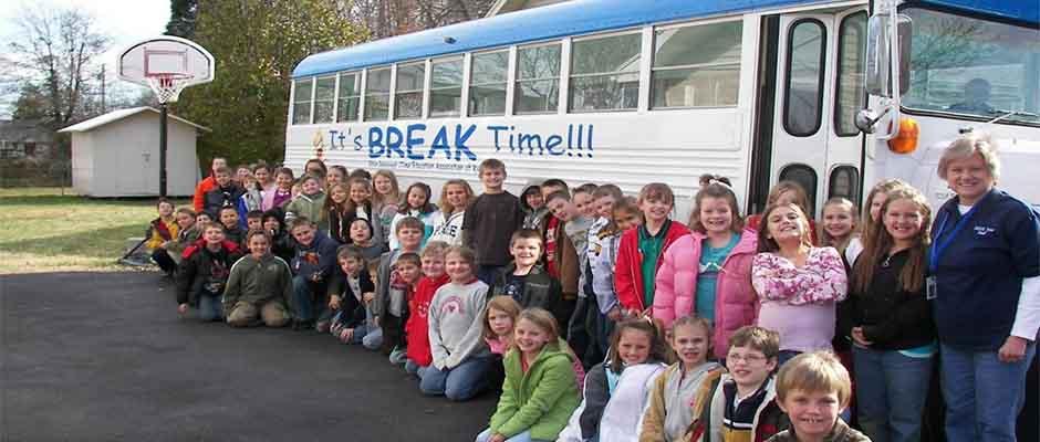 Niños de la escuela primaria fuera del autobús bíblico. ,
