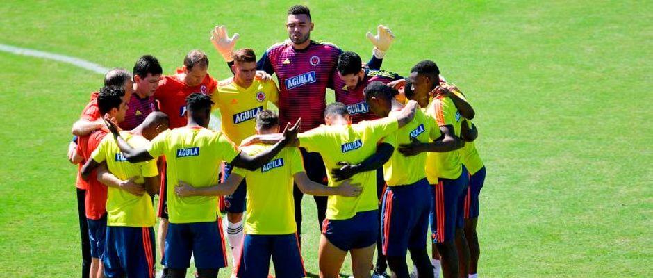 Los jugadores de la selección de Colombia oran antes de entrenar / AFP,colombia ora, fútbol orar