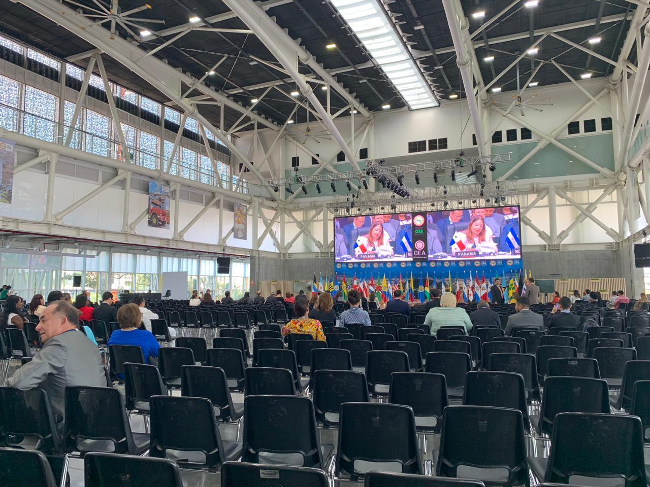 Pese a lo dicho por organizadores, el recinto principal de la OEA lucía vacío.,