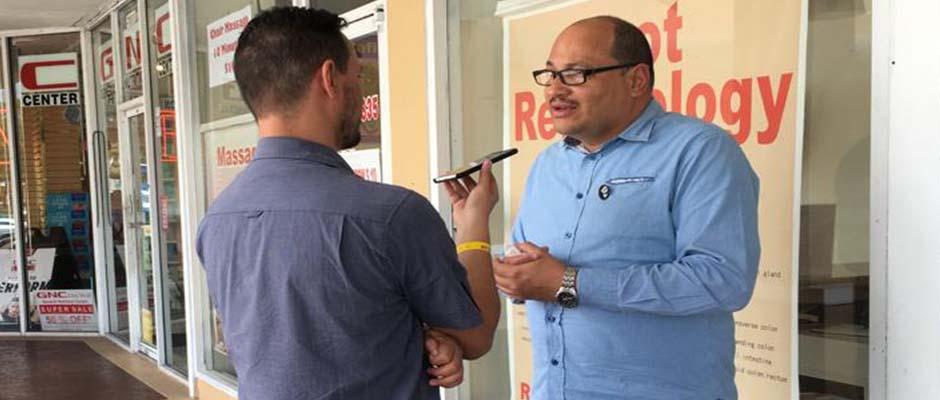 Sandy Cancino conversa con Javier Bolaños, de Evangélico Digital, en Miami / Foto: Stan Jeter,Sandy Cancino