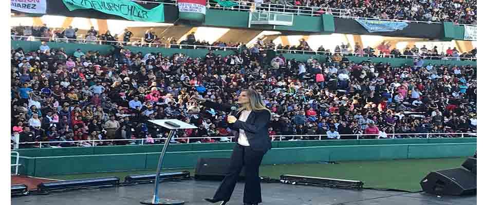 Cynthia Hotton se dirige a la multitud,Cynthia Hotton