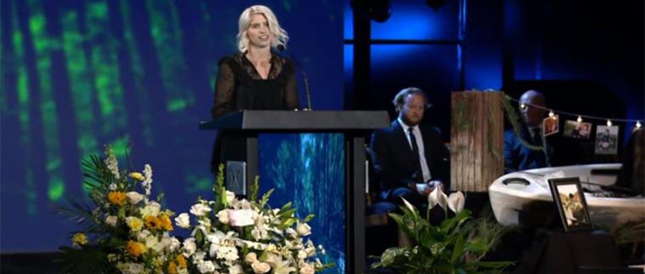 La viuda de Jarrid Wilson, Juli (podio) habla en su funeral en Harvest Christian Fellowship en Riverside, California. ,Juli Wilson