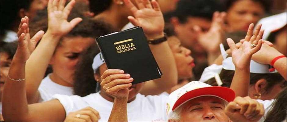 La influencia de los católicos ha disminuido en Brasil, donde la gente acude en masa a las iglesias evangélicas. / brazzil.com,