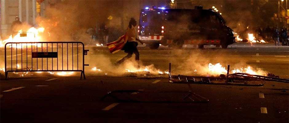 Miles de personas a favor de la independencia catalana desbordaron una vez más las calles de la capital de Cataluña. / Reuters,Cataluña