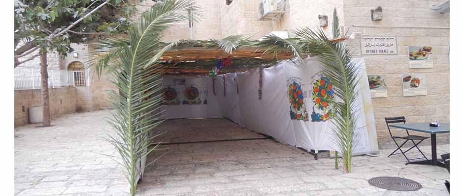 Según la costumbre judía, durante las vacaciones es normal construir una tienda de campaña fuera de sus casas.,