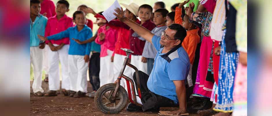 Pastor José Benítez adorando a Dios durante la inauguración de la iglesia de La Laguna / Samaritan's Purse,