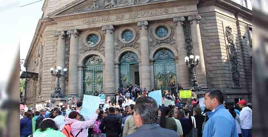 Padres de familia se manifiestan frente a la Cámara de Diputados / Iniciativa Ciudadana,Iniciativa Ciudadana protesta ante la Cámara de Diputados de México por la Ley de Infancia Trans