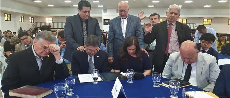 Los principales pastores hondureños oran por el presidente Juan Orlando Hernández y su esposa. ,