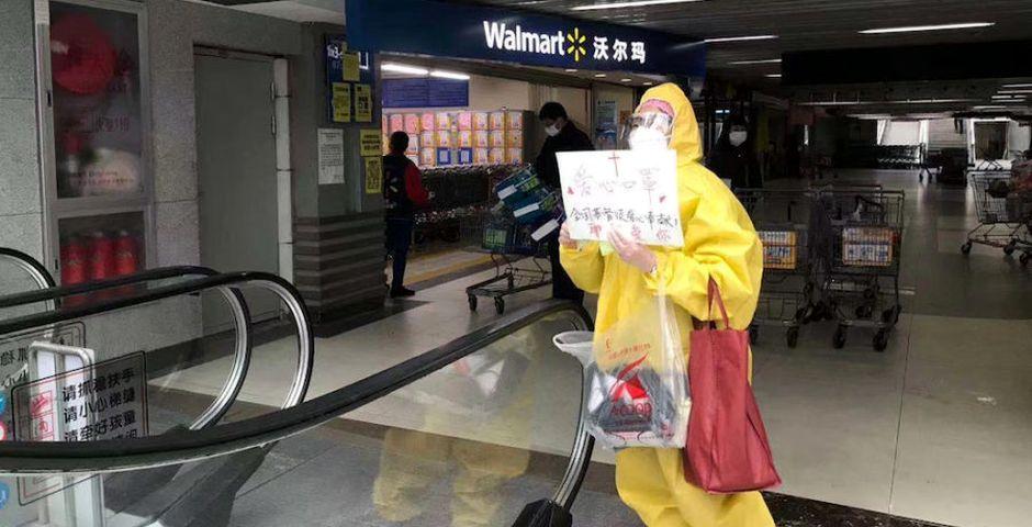 Un cristiano de amarillo reparte biblias y mascarillas en Wuhan,Un cristiano de amarillo reparte biblias y mascarillas en Wuhan