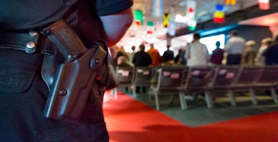 Según LifeWay Research, 51% de las iglesias en EEUU tienen personas armadas durante sus cultos. / Omaha Herald,Armas, iglesias, Estados Unidos