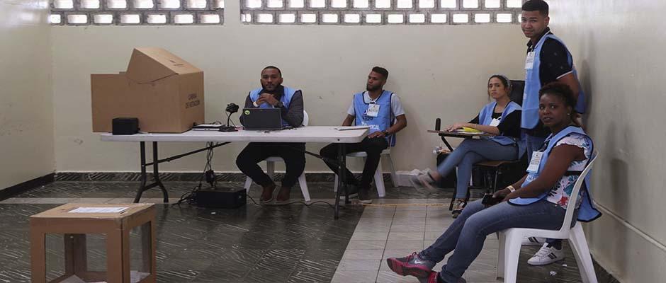 Trabajadores electorales tras la suspensión de las elecciones municipales a nivel nacional / Reuters,Elecciones
