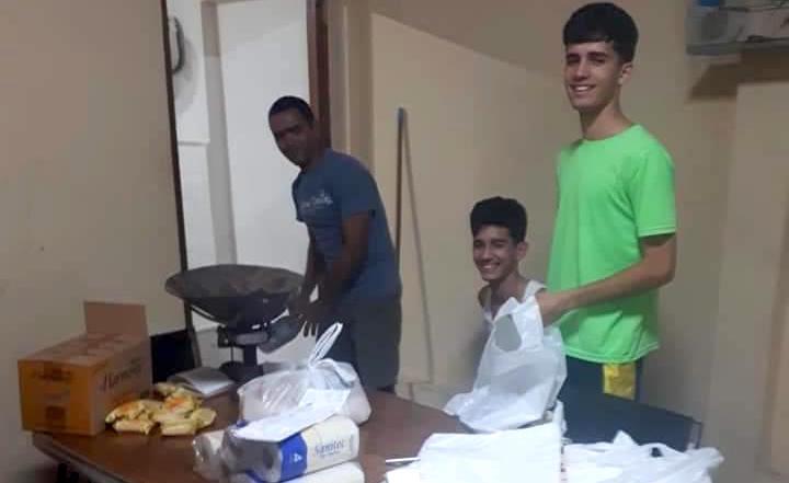 Los hermanos preparan paquetes de ayuda / Iglesia Cristiana Reformada - Facebook,