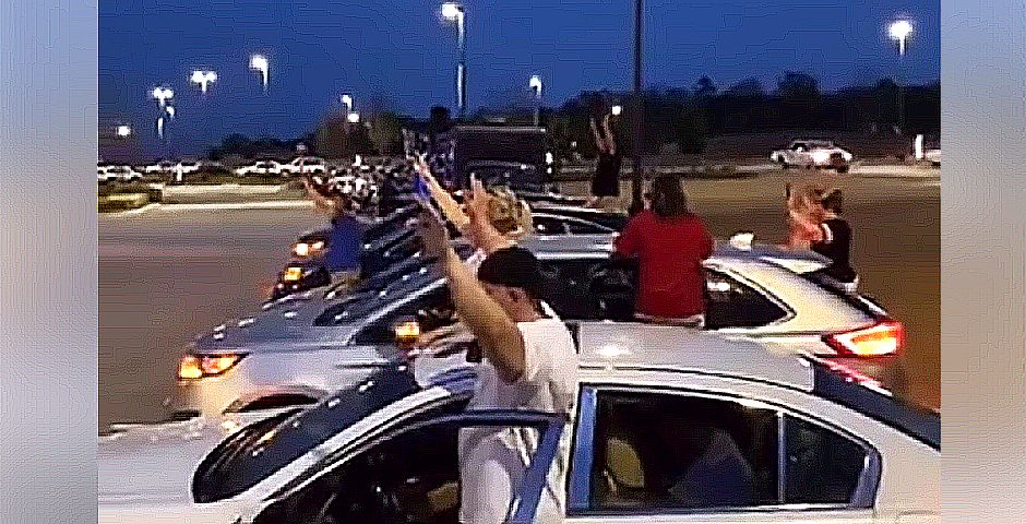 Orando en en el parking del Terrebonne General Medical Center de Lousiana (captura de video de facebook),