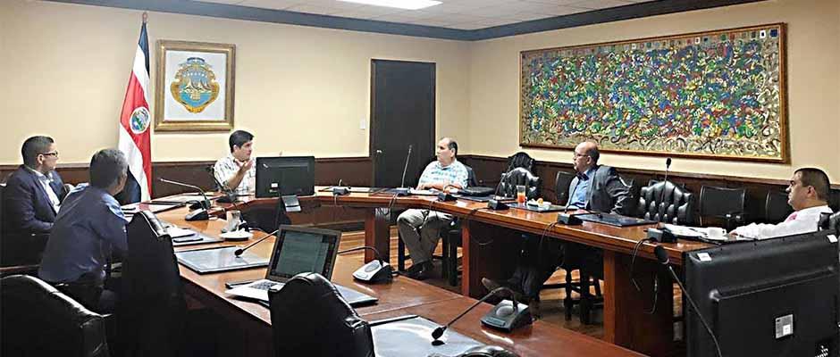 Personeros de la FAEC reunidos con el presidente y el ministro de Salud de Costa Rica,Costa Rica