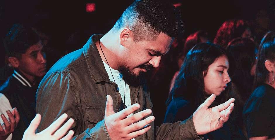 Ismael Páramo, Unsplash,culto latino, adoración pentecostal