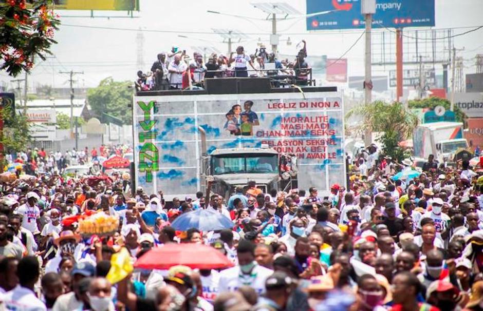Miles de evangélicos han recorrido las calles de Puerto Príncipe para protestar contra algunos artículos del nuevo Código Penal. / Twitter @DiarioLibre,evangélicos haitianos