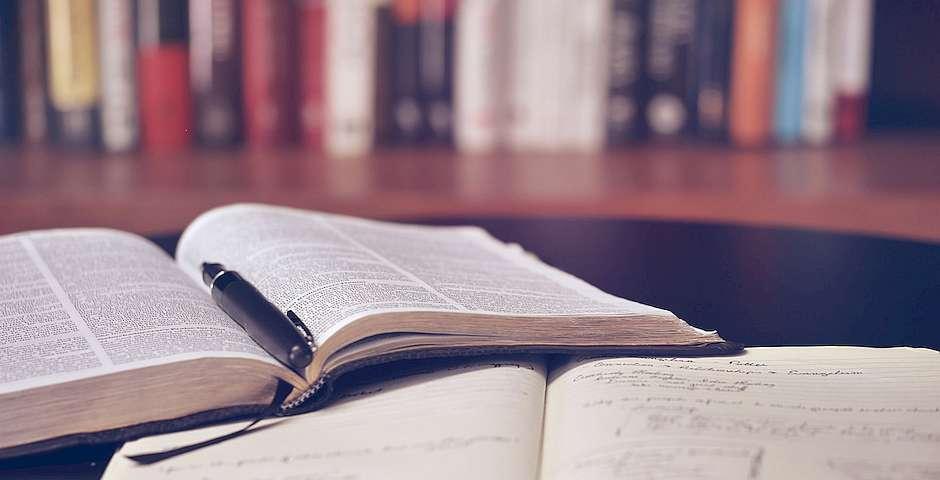 Aaron Burden, Unsplash,hombre estudiando la biblia