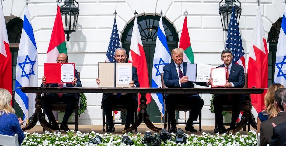 Abdullatif Al Zayani (Baréin) Benjamin Netanyahu (Israel), Donald Trump (EEUU) y Abdullah bin Zayed (Emiratos Árabes Unidos), muestran el acuerdo firmado. / WhiteHouse,