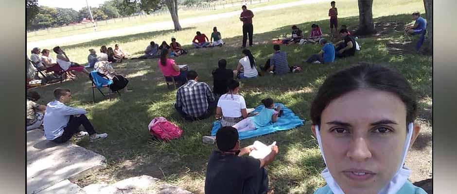 Miembros de la iglesia Jehová Shalom reunidos en un parque tras el cierre se su templo. / Facebook Iglesia Jehová Shalom,
