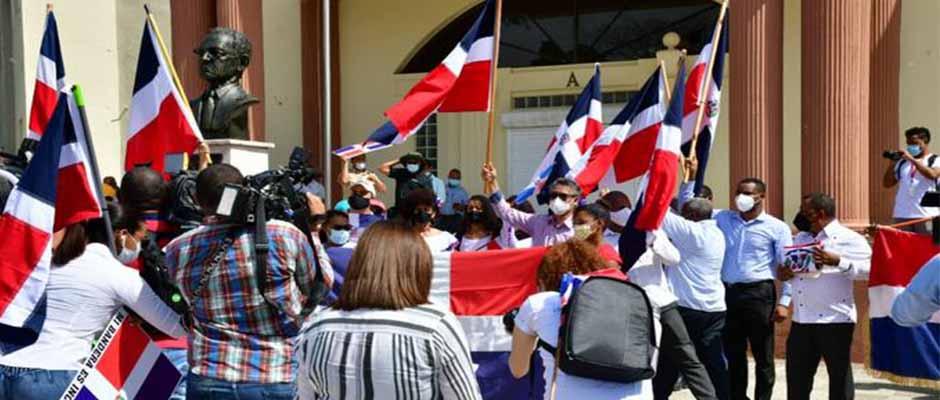 Carlos Peña y parte de los manifestantes en las afueras de Palacio Nacional / LD - Jose A Maldonado,