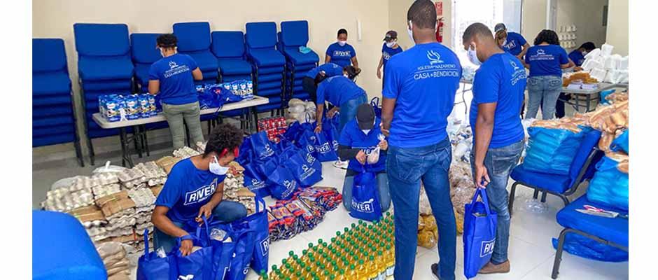 Los voluntarios de la iglesia Casa de Bendición surten las bolsas que entregarían a la comunidad / Nazarene News,
