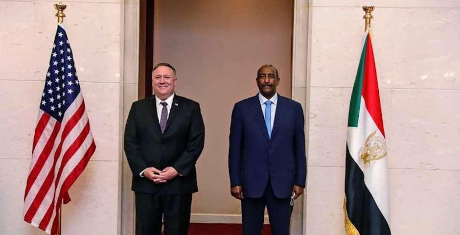 El secretario de Estado de EEUU, Mike Pompeo, y el presidente de Sudán, Abdel Fattah Abdelrahman Burhan. / Javier Roa,Sudán Israel, Estados Unidos EEUU
