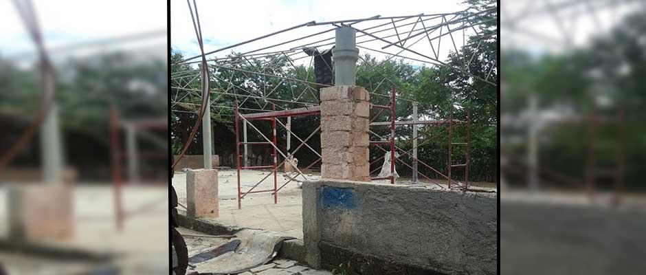La Iglesia Pentecostal Asambleas de Dios en plena demolición / Foto cortesía de: Ricardo Fernández ,