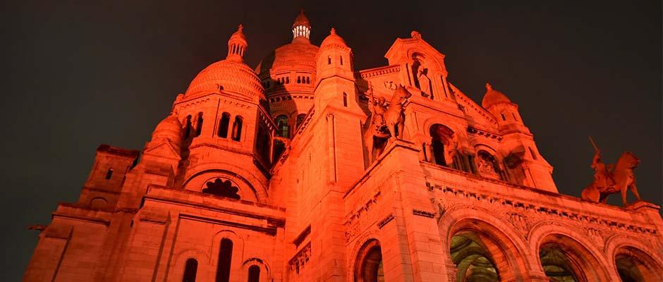 Diferentes edificios e iglesias se iluminan de color rojo recordando a los cristianos perseguidos / ACN México,