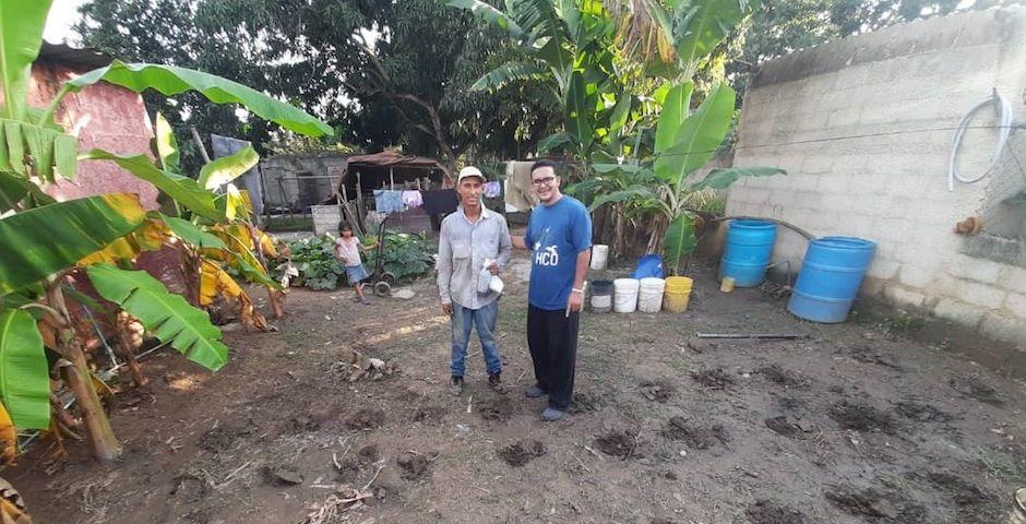 A la izquierda Samuel Perdomo, uno de los coordinadores locales, junto a un pastor de una iglesia evangélica, cultivando su terreno. / Alianza Solidaria,huerto doméstico, venezuela solidaria