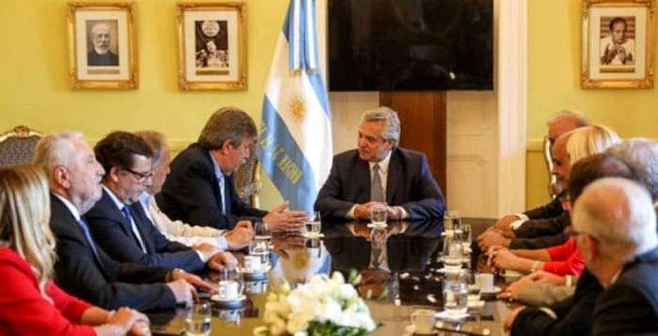 En el centro, Proietti habla con Fernández (2019) en un encuentro con Aciera,ACIERA, Alberto Fernández