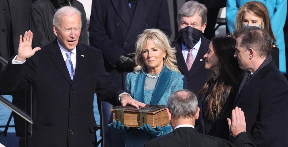Biden jura sobre la Biblia su cargo como presidente de los Estados Unidos.,