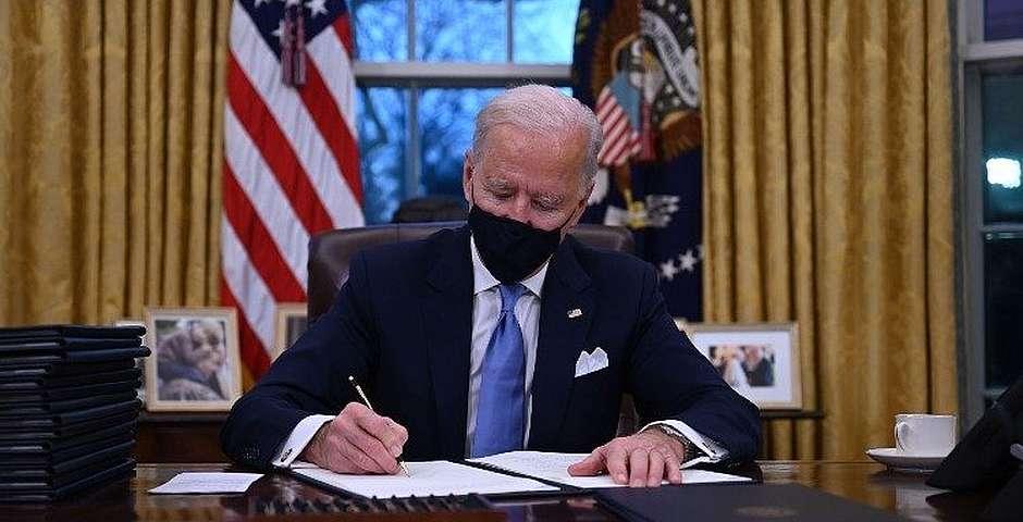 Biden firmando sus primeras órdenes ejecutivas como presidente en la Casa Blanca,Biden firmando sus primeras órdenes ejecutivas como presidente en la Casa Blanca