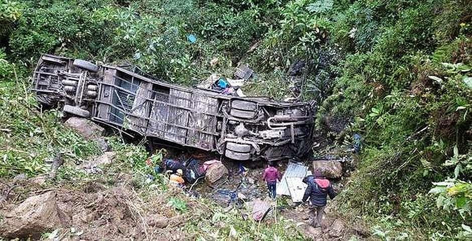 El bus accidentado, en el fondo del barranco,Edwin Tumiri