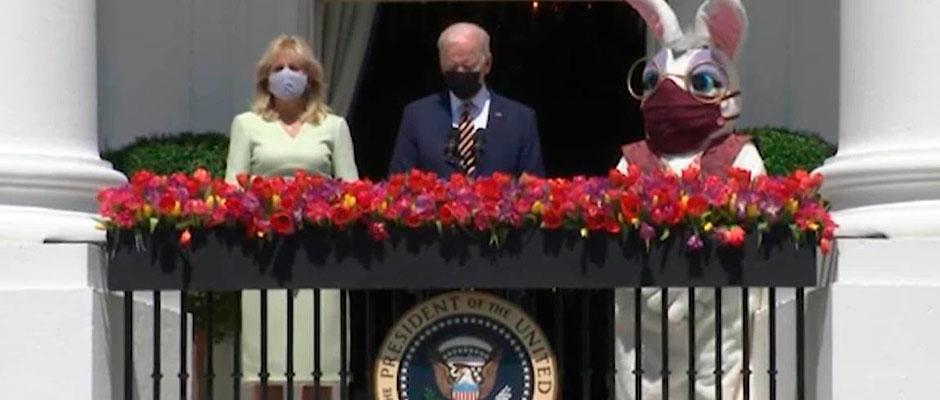 Biden y su esposa junto al Conejo de Pascua,