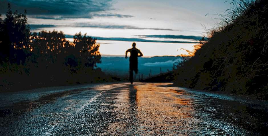 Lucas Favre, Unsplash,hombre corriendo, correr atardecer