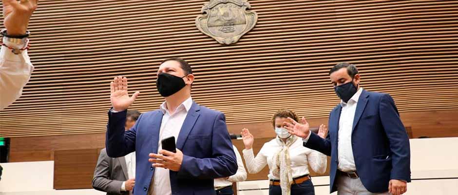 Los diputados de Nuev República oran en el plenario legislativo / Nueva República,